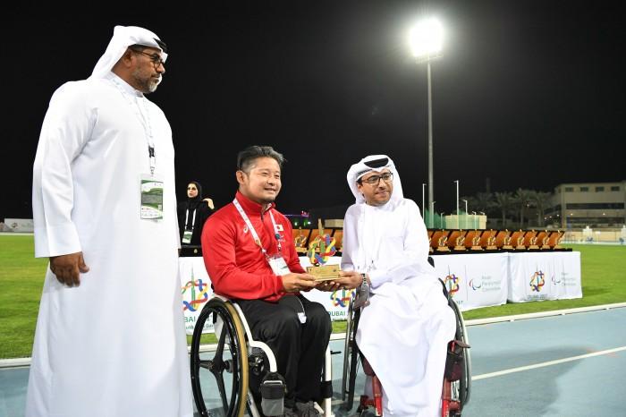 UAEパラリンピック委員会会長Mohammed reshufflesから記念品の贈呈 (写真・山下元気)