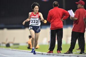 1500メートル(T20)でトラックを独走する山本萌恵子(19歳・日本知的障害者陸上競技連盟)ゴール付近で手元の時計を確認する (写真・山下元気)