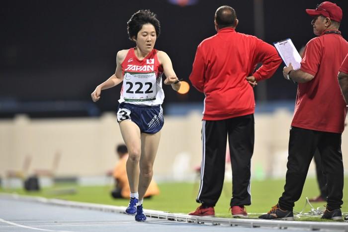 1500メートル(T20・知的障害)でトラックを独走する山本萌恵子(19歳・日本知的障害者陸上競技連盟)ゴール付近で手元の時計を確認する (写真・山下元気)