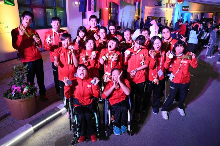 最終日の水泳日本代表チームのメダルセレモニーで、へん顏バージョン (写真・山下元気)