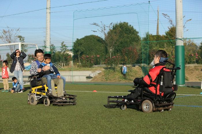 電動車椅子サッカーも芝の上で開催された