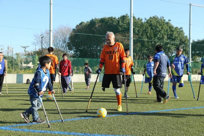 「アンプティサッカー」は、ベテラン選手のシュート・デモを見ながら、クラッチをつけてシュート練習。難易度が高そう。