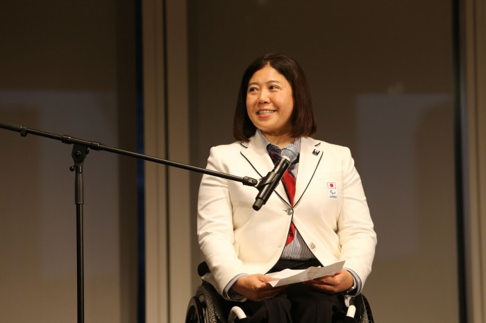 壮行会でスピーチする大日方邦子団長 写真・内田和稔