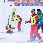 視覚障害児にスキーを指導する