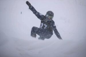 雪の中を滑走する成田緑夢(24歳/LL2・下腿切断/近畿医療専門学校) 写真・水口之孝