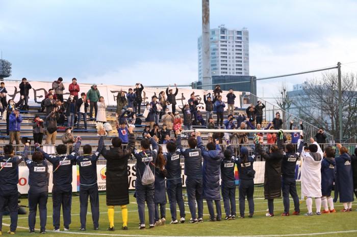 ホーム側の観客に挨拶をする日本の選手とスタッフ