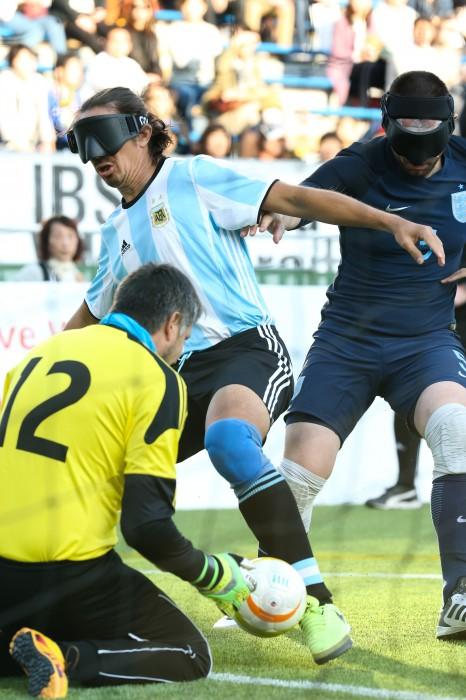 試合開始早々イングランドゴールに迫るアルゼンチン4番フロイラン・パディジャとゴールを守るイングランド12番ダリオ・レンシナ