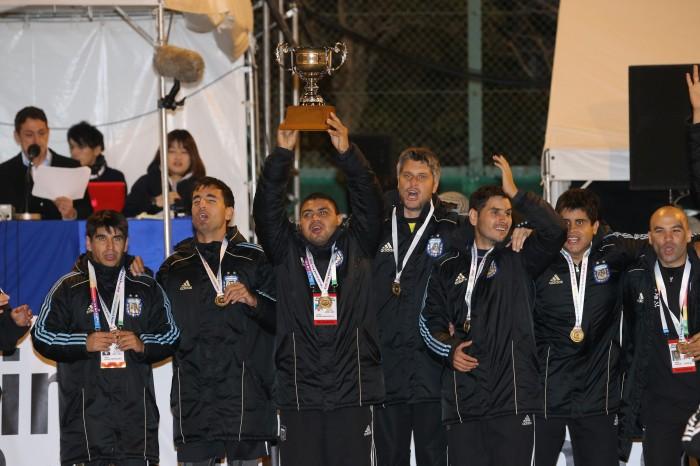 優勝カップを掲げるアルゼンチン15番マキシミリアーノ・エスピニージョ