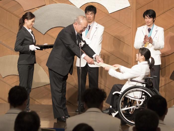 JPC鳥原会長から報奨金の目録を受け取る金メダリスト・村岡桃佳 (写真・そうとめよしえ)