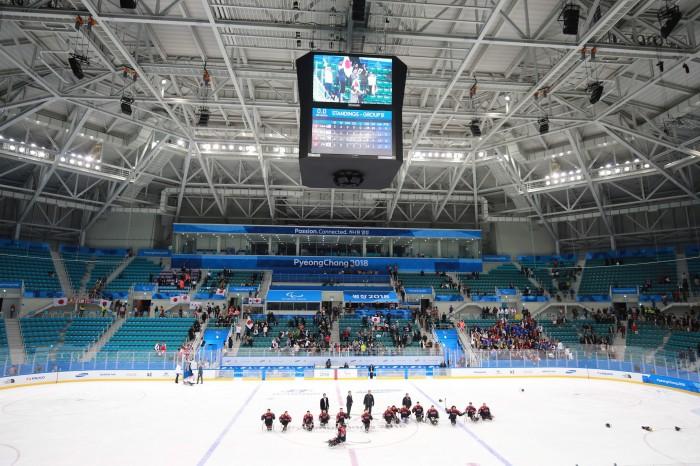 試合を終え、応援席に頭を下げる日本代表。