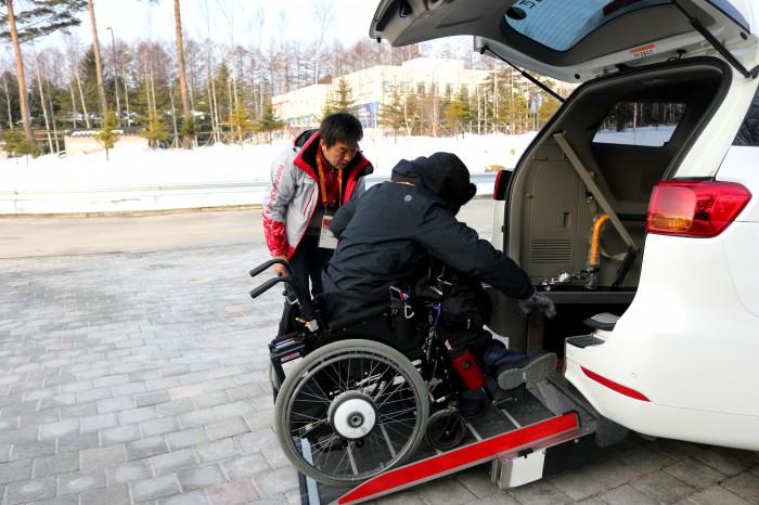 内蔵スロープを使って車椅子ごと収納できる
