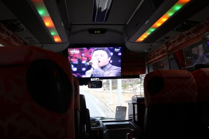 各ベニューへ移動するメディアバスの内部には大型テレビが