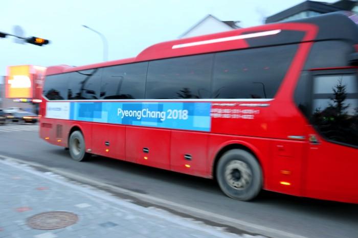 韓国各地から寄せ集められた観光バスに平昌2020のラッピングが施されオフィシャル交通に仕立てられていた