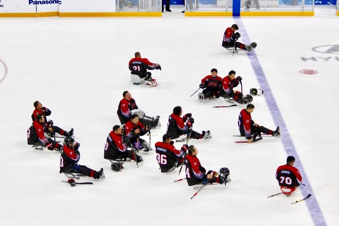 日本対スウェーデンの試合終了後、肩を落とす選手たち