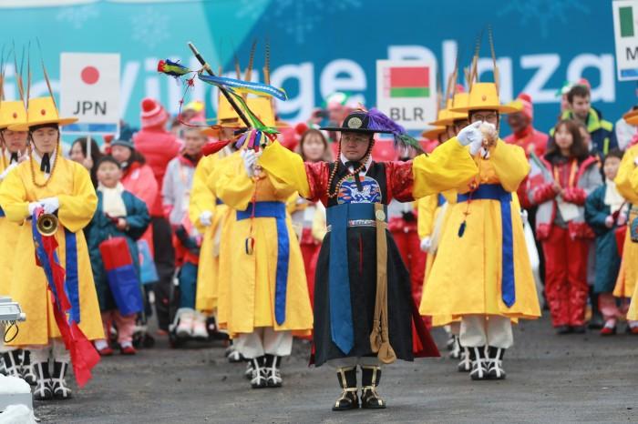 入村式で入場する選手たち。チリ、メキシコ、ベラルーシとともに