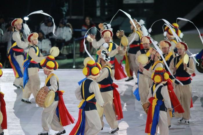 """色鮮やかな民族衣装で舞うダンサーたち(写真・中村""""Manto""""真人)"""