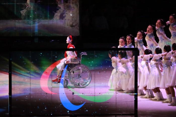 """3月18日、平昌パラリンピック閉会式。次期開催都市の北京に大会旗が受け継がれた(写真・中村""""Manto""""真人)"""