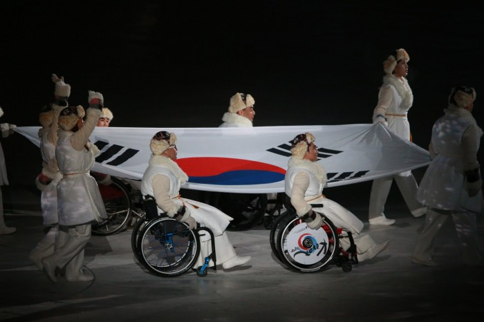 """韓国旗を運ぶ韓国のパラリンピアアン 写真・中村 """"Manto"""" 真人"""