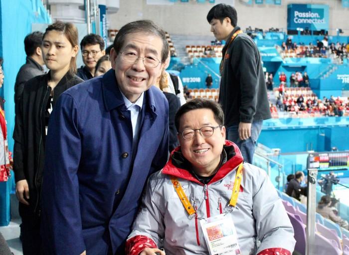 韓国・スウェーデン戦に訪れた、朴元淳ソウル市長と選手村の朴殷秀村長