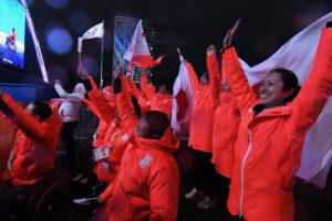 村岡の金メダルを祝うため、メダルプラザのファミリーゾーンに集まった日本選手団アルペンスキーチーム