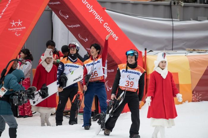 3月16日、バンクドスラロームのフラワーセレモニーへ向かう3人のメダリスト(左からエヴァン、グリム、マッティ) (写真・矢野信夫)