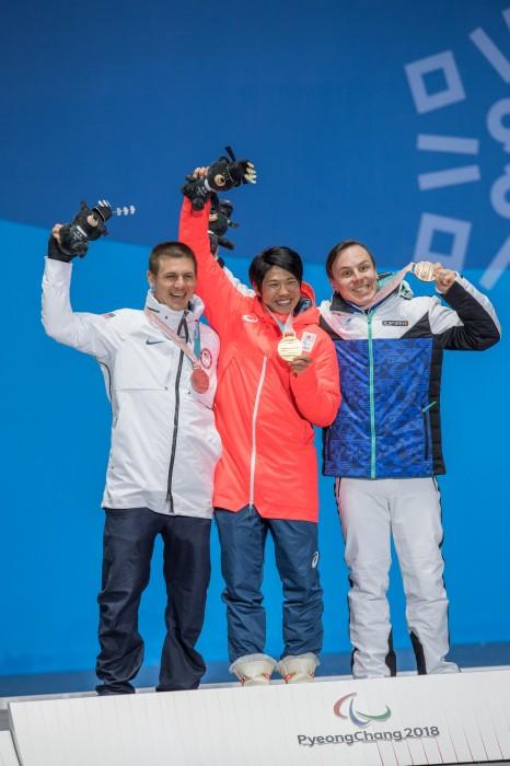 """メダルセレモニーでのメダリストたち。左から、エヴァン、グリム、マッティ(写真・中村""""Manto""""真人)"""