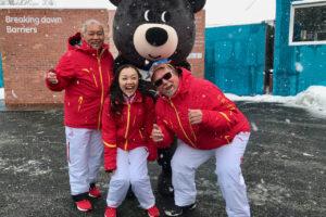 マスコットキャラクターのバンダビと一緒に記念撮影する中国選手団