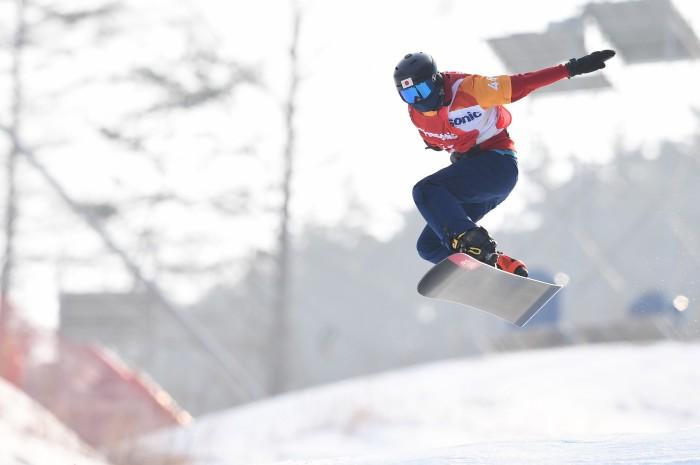 スノーボードクロス(LL1)で3位となった成田緑夢のジャンプ(写真・山下元気)