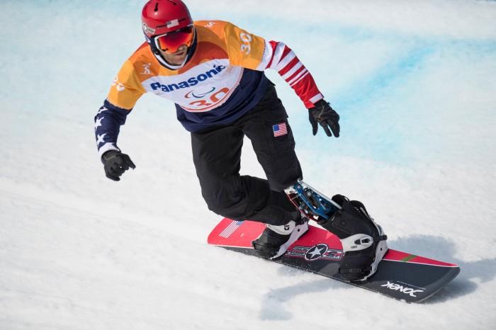 スノーボードクロス(LL1)で優勝したMike SCHULTZ(アメリカ)の滑り (写真・堀切功)