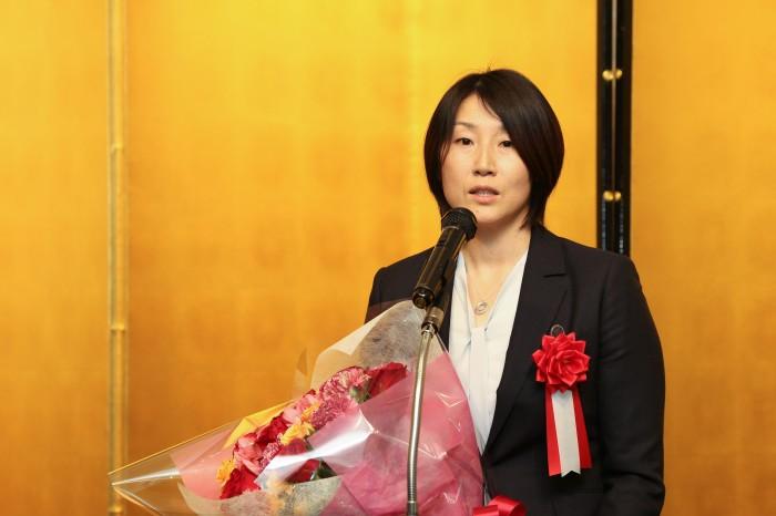 受賞者挨拶する狩野美雪監督(写真・内田和稔)