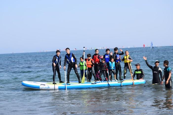 津久井浜海岸でSUPやウィンドサーフィンを体験できる地元子ども向けのマリンスポーツ体験会が知的障害のある2名も参加し開催された。