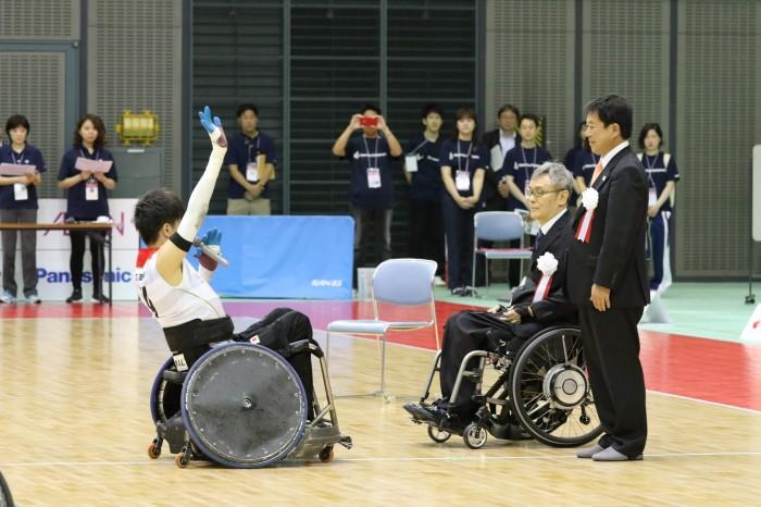 選手宣誓を行う地元千葉出身の羽賀理之 (写真・内田和稔)