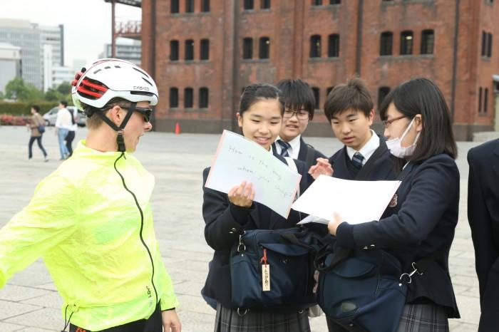 オーデッテ・ドゥーデコム(PTVI オランダ)に英語で質問する横浜創英高校の生徒