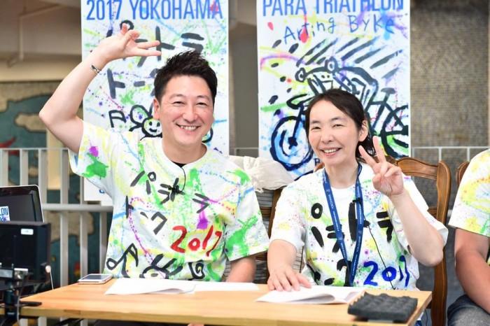 今年で7回目を迎える横浜パラトライアスロン応援番組「パラトラトーク」昨年の様子。メインキャスター堀潤と、横浜のNPOメディア・パラフォト代表の佐々木延江 写真・山下元気