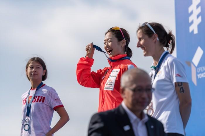 金メダルを掲げる谷間海 写真・秋冨哲生