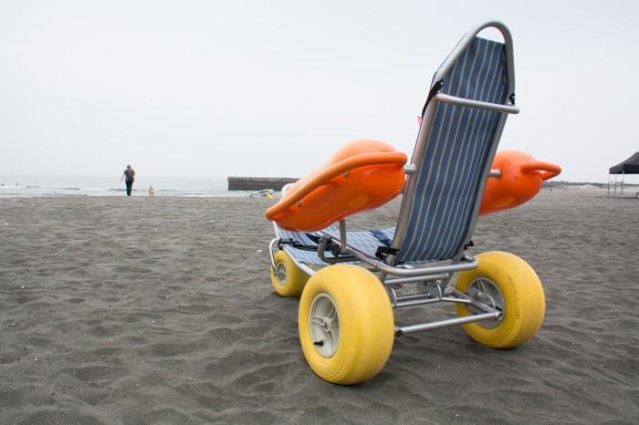 砂浜で選手を運ぶバギータイプの車いす (写真:大石智久)