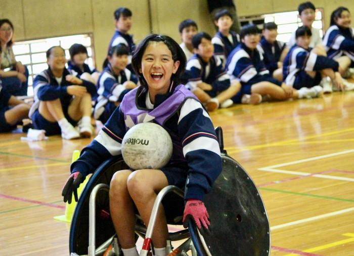 ミニゲームで2得点を決めた梅田さん。ロングパスが成功し、生徒から歓声が上がった。