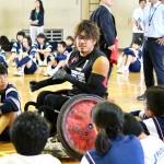 「強い気持ちをもって」。池崎の言葉に生徒たちは真剣な表情で聞き入っていた。