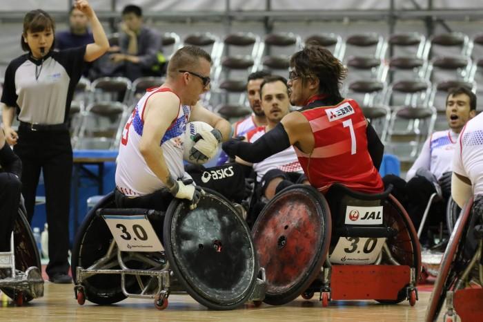 初日の日本とフランスで行われた第3試合。フランス3番Nicolas Valentim(2.0点)と日本の池崎大輔(3.0点)のボールの奪い合い (写真・内田和稔)