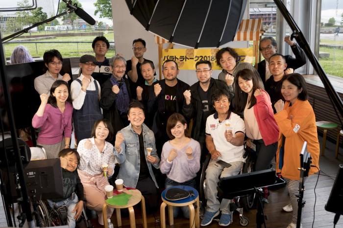横浜パラとライアアスロン応援番組「パラトラトーク2018」放送終了、スタッフの集合写真 写真・山下元気