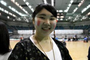 体験コーナーに参加して興奮した専門学校生の長谷川美優さん (写真・久下真以子)
