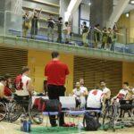 6月6日、カナダチームの円陣。キャンプ地の体育館でカナダチームと日本の練習試合が行われた 写真・内田和稔