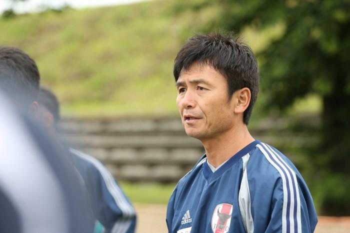 トレーニングマッチ前に選手に指示をする西眞一代表監督