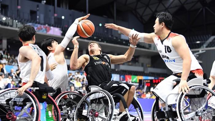 ドイツ選手にプレッシャーをかける日本チーム 写真・山下元気