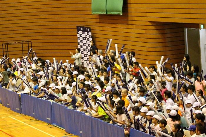 日本チームの得点に沸く観客席。スティックバルーンの音が会場中にこだました。