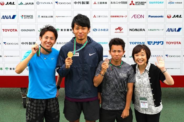 男子400m(T70)表彰式にて。日本パラ陸連新会長に就任したスポーツジャーナリストの増田明美氏と 筆者撮影