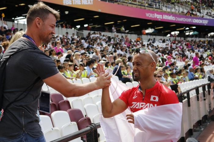 昨年の世界選手権で、山本篤の健闘をスタンドからたたえるポポフ(左) 筆者撮影