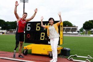 8メートル70の世界記録を更新したマルクス・レーム(ドイツ)と増田明美日本パラ陸連会長