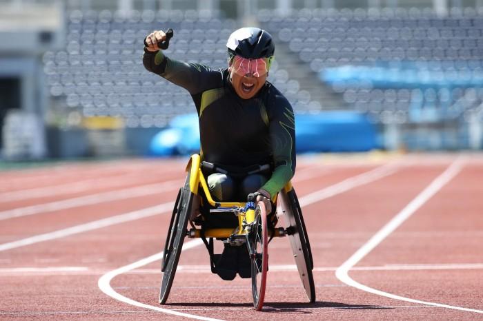 1500mで世界記録を更新。ガッツポーズと共に雄叫びを上げ佐藤友祈 写真・内田和稔