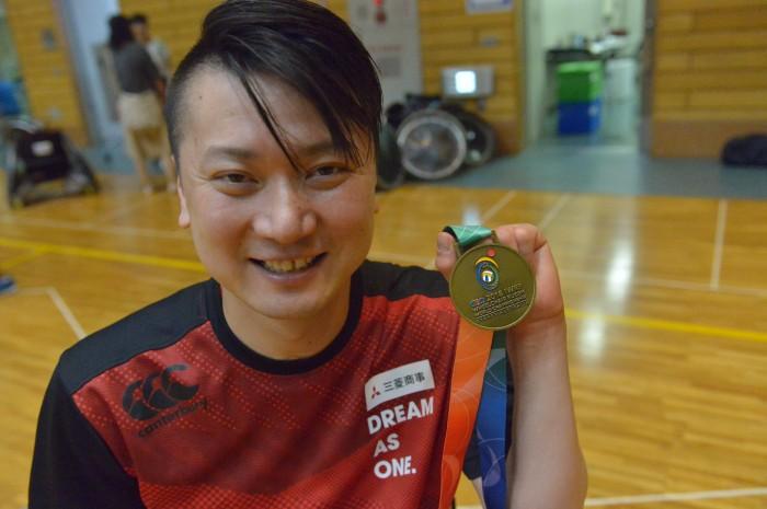 世界選手権の金メダルを手に持つ今井友明。ニックネームは「KURI」。 写真・金子修平